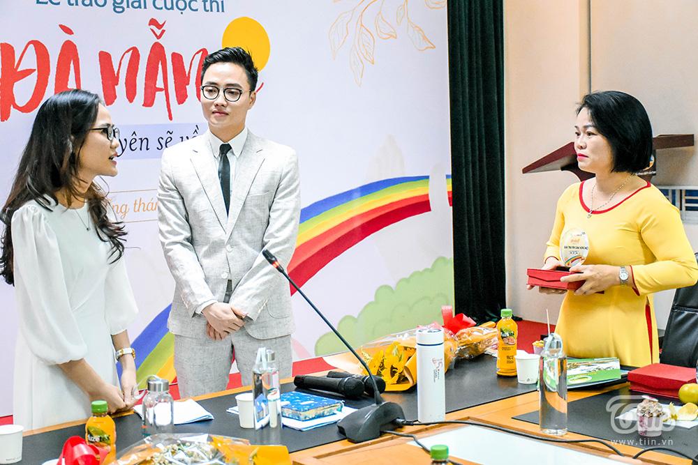 Kim Oanh - một người từng là bệnh nhân Covid-19gặp gỡ chị Tâm - một người là cán bộ y tế đã tham gia cuộc chiến chống dịch