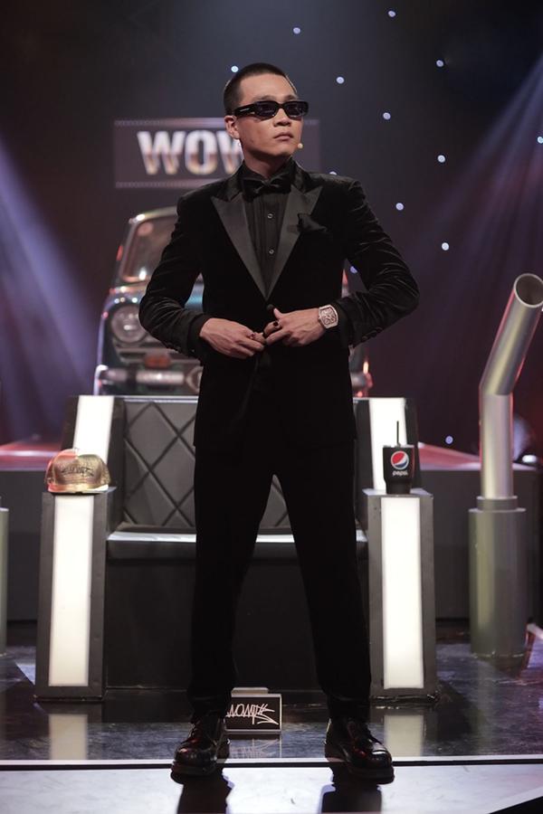 Trước đó trong tập 7,Wowy được dân tình gọi vui là 'anh em thất lạc'của MC Lại Văn Sâm. Nam rapper diện suit nhung đen sang trọng, kết hợp với kính đen cool ngầu hết sức.