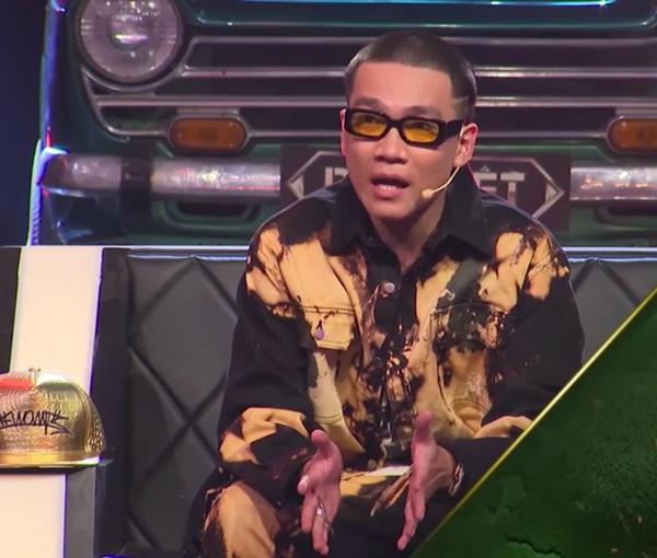Trong đoạn teaser hé lộ tập 10, Wowy chọn cho mình phong cách chất ngầu quen thuộc. Bên cạnh đó, anh còn đầu tư hẳn cặp kính tông xuyệt tông với trang phục.