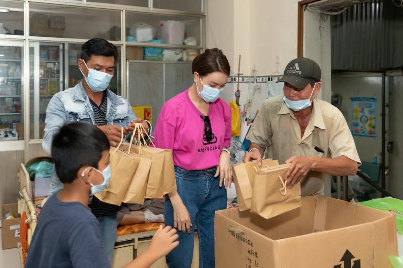 Được biết, Trà Ngọc Hằng đã dành rất nhiều thời gian để làm bánh, cô và bạn bè đã dậy từ rất sớm để đóng gói và đem đi tặng.