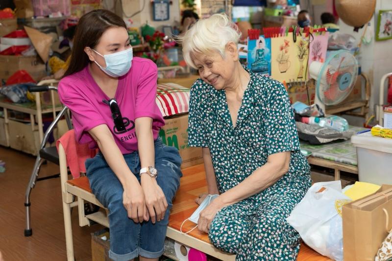 Trà Ngọc Hằng tự tay làm bánh, tặng quà dịp Trung Thu cho người già neo đơn 5
