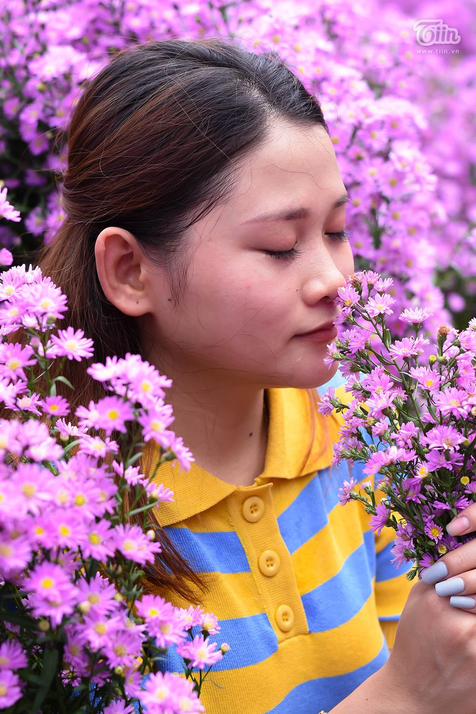 Trong những ngày gần đây, lượng người đổ về vườn hoa này đông hơn. Để có được ảnh đẹp, các bạn phải xếp hàng hoặc nhường vị trí cho nhau, sau khi người này xong thì đến người khác vào 'diễn'.