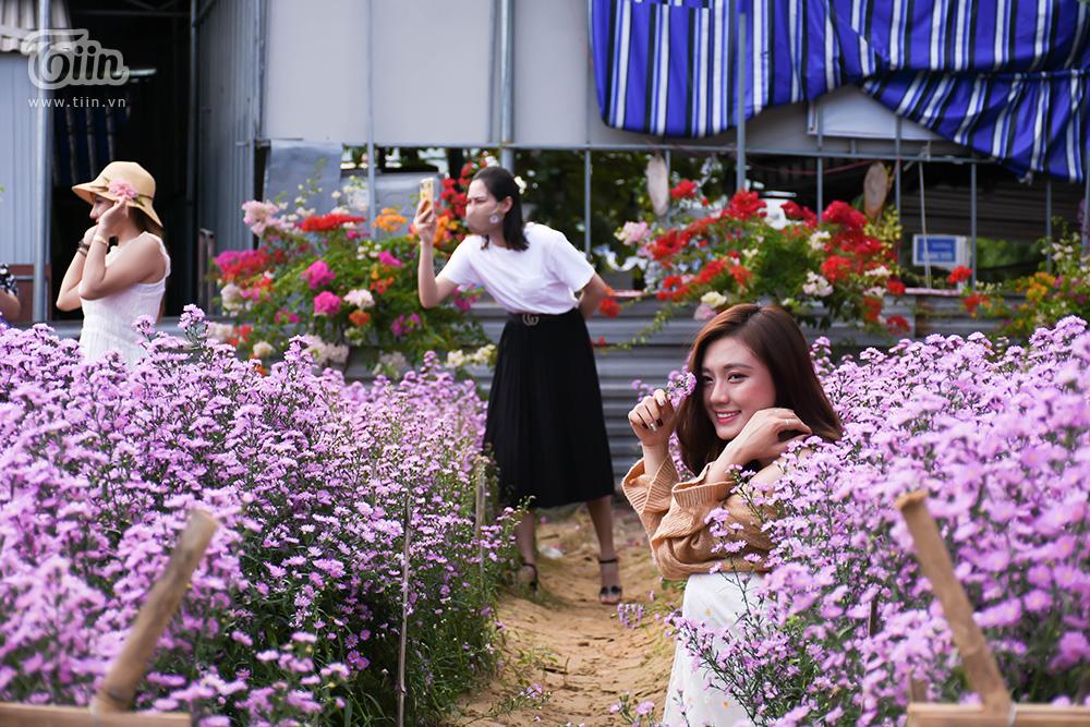 Tranh thủ từng góc trong khu vườn hoa nhỏ, các cô gái tạo dáng với thạch thảo rồi tấm tắc khen không gian không khác gì phim Hàn và Đà Lạt.
