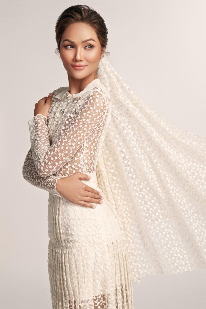 Hoa hậu H'Hen Niê hoá 'nàng thơ' trong bộ váy cưới ren xuyên thấu 0