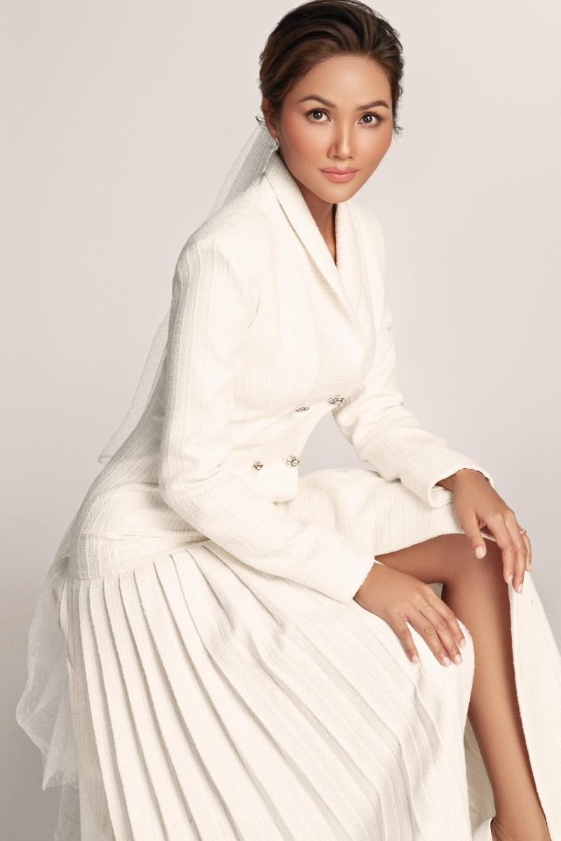 Hoa hậu H'Hen Niê hoá 'nàng thơ' trong bộ váy cưới ren xuyên thấu 1