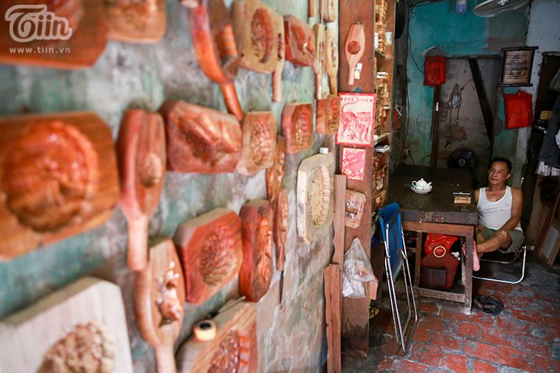 Nghệ nhân hơn 40 năm 'giữ lửa' nghề làm khuôn bánh trung thu bằng gỗ ở phố cổ Hà Nội 0