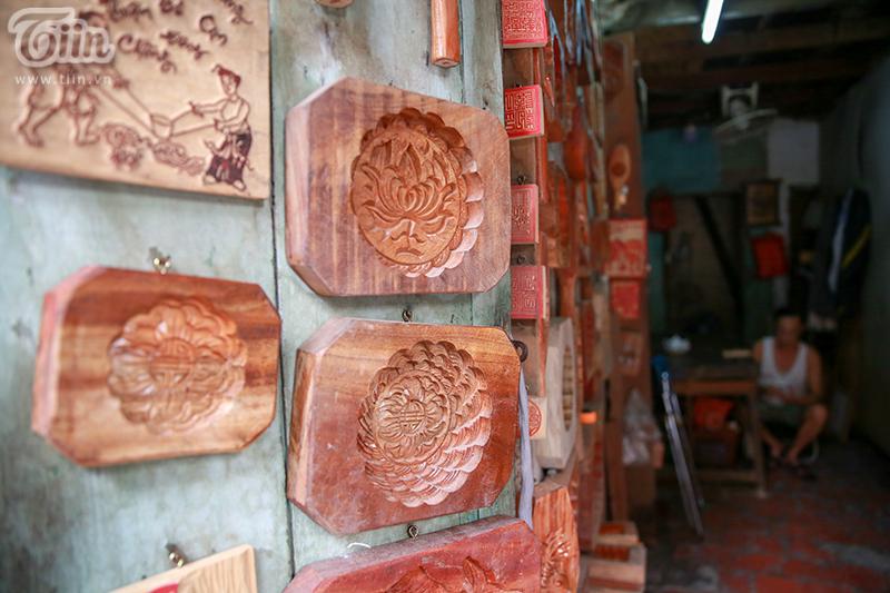 Nghệ nhân hơn 40 năm 'giữ lửa' nghề làm khuôn bánh trung thu bằng gỗ ở phố cổ Hà Nội 17