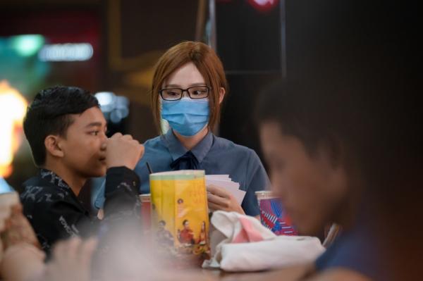 Bày trò chọc ghẹo khách ở rạp xem phim, Hiền Hồ nhận về phản ứng cực gắt 3