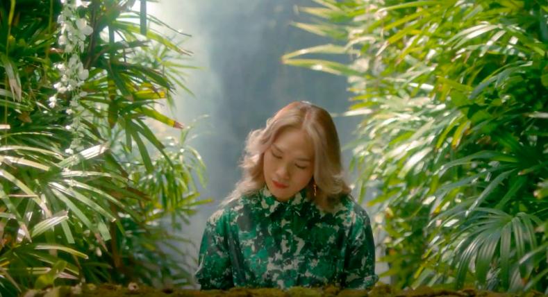 Mỹ Tâm tự đạo diễn MV 'Đúng cũng thành sai', diện 'sương sương' 15 bộ trang phục đủ phong cách 1