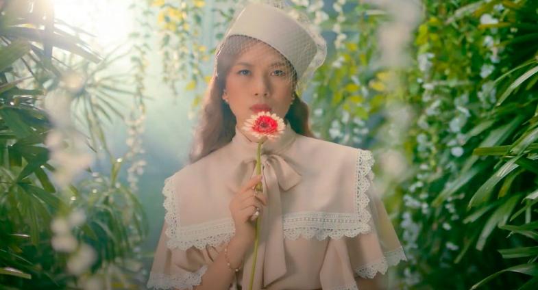 Mỹ Tâm tự đạo diễn MV 'Đúng cũng thành sai', diện 'sương sương' 15 bộ trang phục đủ phong cách 2
