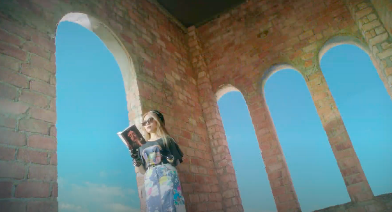 Mỹ Tâm tự đạo diễn MV 'Đúng cũng thành sai', diện 'sương sương' 15 bộ trang phục đủ phong cách 3