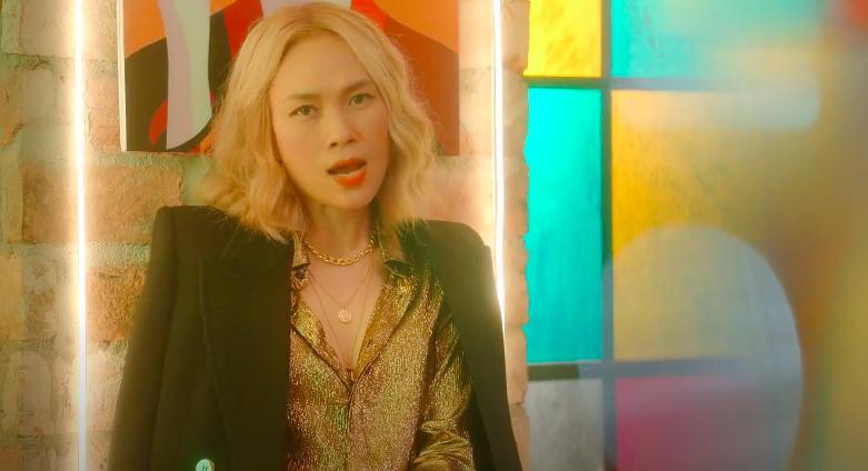 Mỹ Tâm tự đạo diễn MV 'Đúng cũng thành sai', diện 'sương sương' 15 bộ trang phục đủ phong cách 8