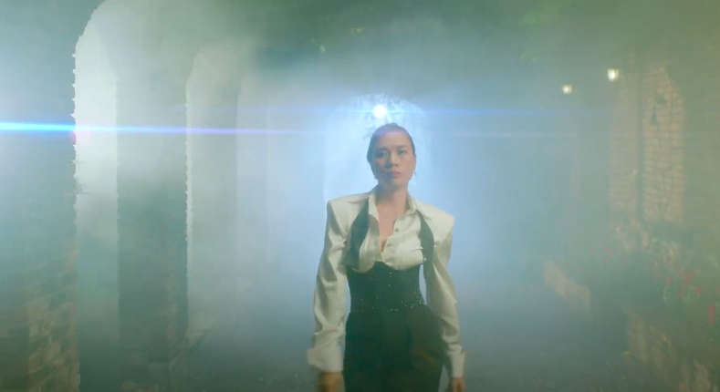 Mỹ Tâm tự đạo diễn MV 'Đúng cũng thành sai', diện 'sương sương' 15 bộ trang phục đủ phong cách 9