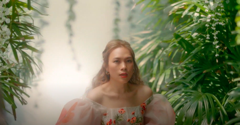 Mỹ Tâm tự đạo diễn MV 'Đúng cũng thành sai', diện 'sương sương' 15 bộ trang phục đủ phong cách 11