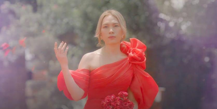 Mỹ Tâm tự đạo diễn MV 'Đúng cũng thành sai', diện 'sương sương' 15 bộ trang phục đủ phong cách 12