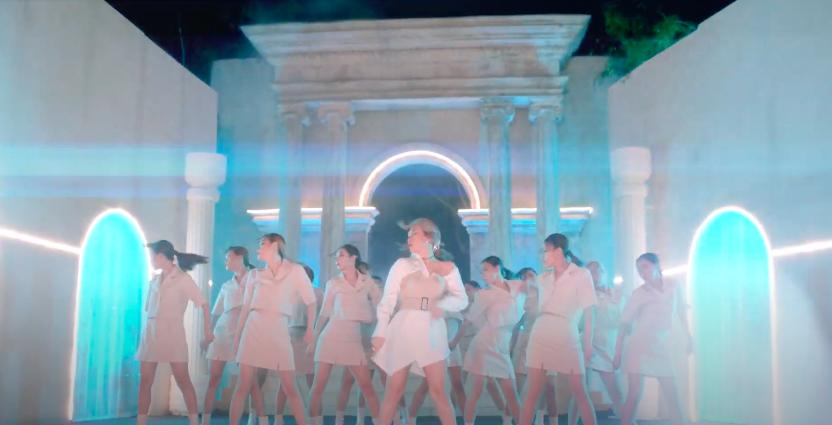 Mỹ Tâm tự đạo diễn MV 'Đúng cũng thành sai', diện 'sương sương' 15 bộ trang phục đủ phong cách 13