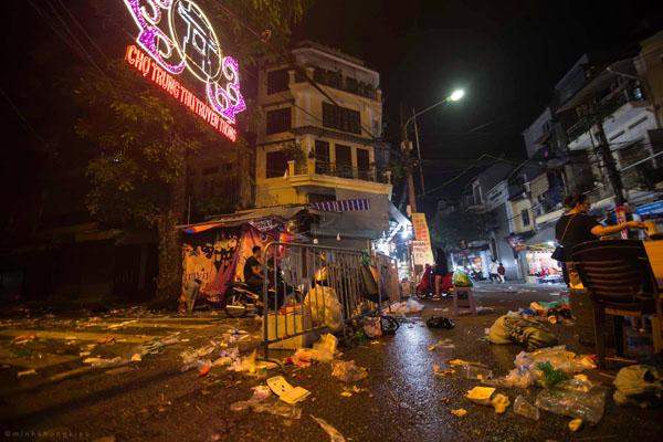 Ngán ngẩm cảnh rác thải chất thành đống, vứt ngập trên phố Hàng Mã cận Trung Thu 0