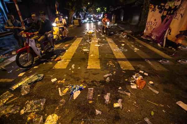 Ngán ngẩm cảnh rác thải chất thành đống, vứt ngập trên phố Hàng Mã cận Trung Thu 2