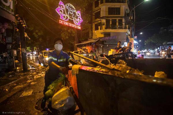 Ngán ngẩm cảnh rác thải chất thành đống, vứt ngập trên phố Hàng Mã cận Trung Thu 6