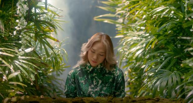 Mỹ Tâm tự đạo diễn MV 'Đúng cũng thành sai', diện 'sương sương' 15 bộ trang phục đủ phong cách 18
