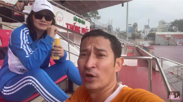 Ngọc Lan trò chuyện với Huy Khánh.