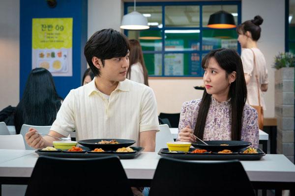Khi yêu, Song Ah có thể chủ động bước tới thổ lộ tình cảm với người mình yêulà Joon Young (Kim Min Jae).