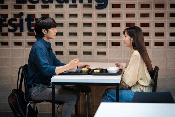 Khi lòng kiêu hãnh bị tổn thương bởi mối quan hệ của Joon Young và bạn gái Jung Kyung (Park Ji Hyun), Song Ah vẫn kiên định tiếp tục cuộc sống của mình.