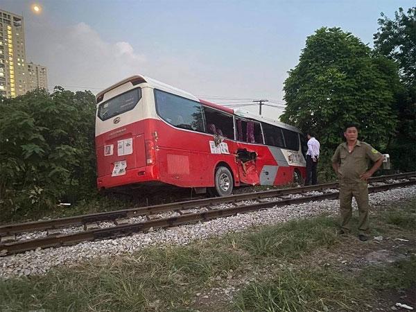 Chiếc xe ô tô bị tàu hỏa đâm.