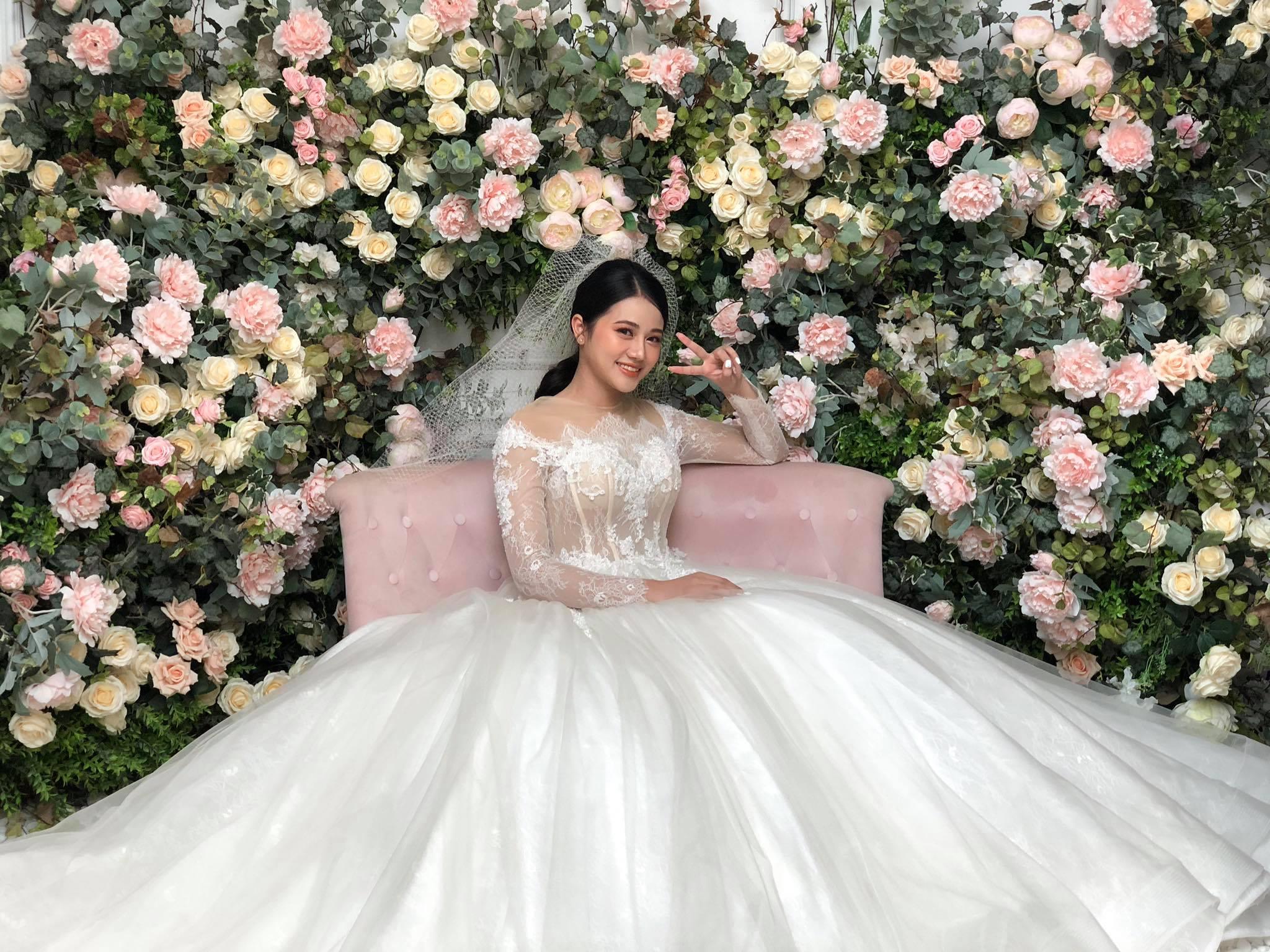 Cô dâu xinh như hoa.