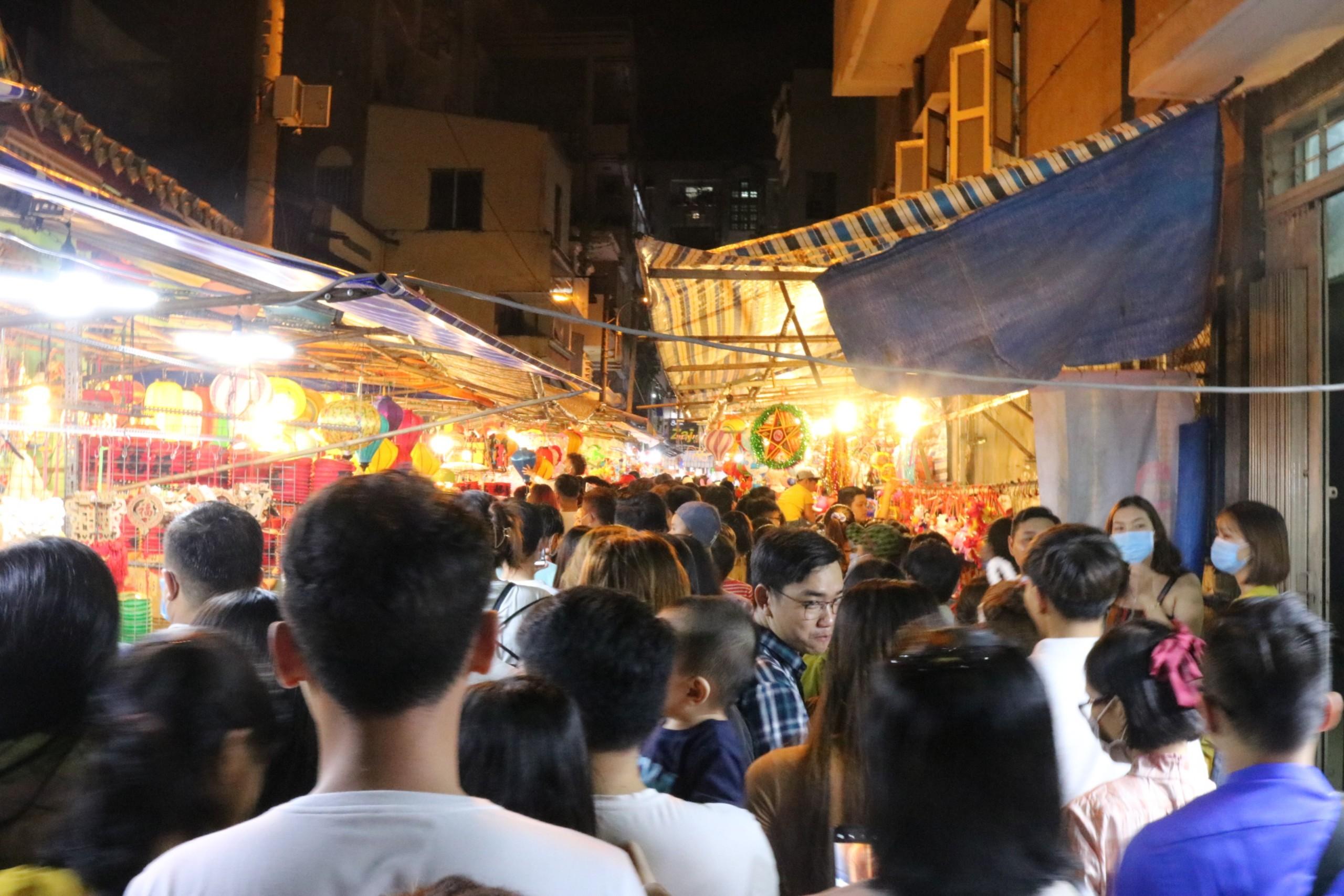 Biết là sẽ đông nhưng nhiều người vẫn tìm đến phố lồng đèn với hy vọng có được những giây phút đúng nghĩa mùa Trung thu.