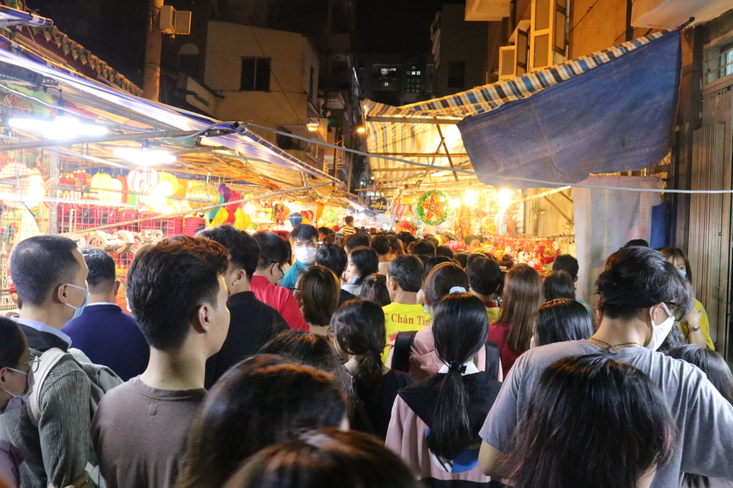 Phố lồng đèn Lương Nhữ Học đêm Trung thu: Nhiều người quay đầu bỏ về khi thấy con đường đông nghẹt không chỗ đứng 1