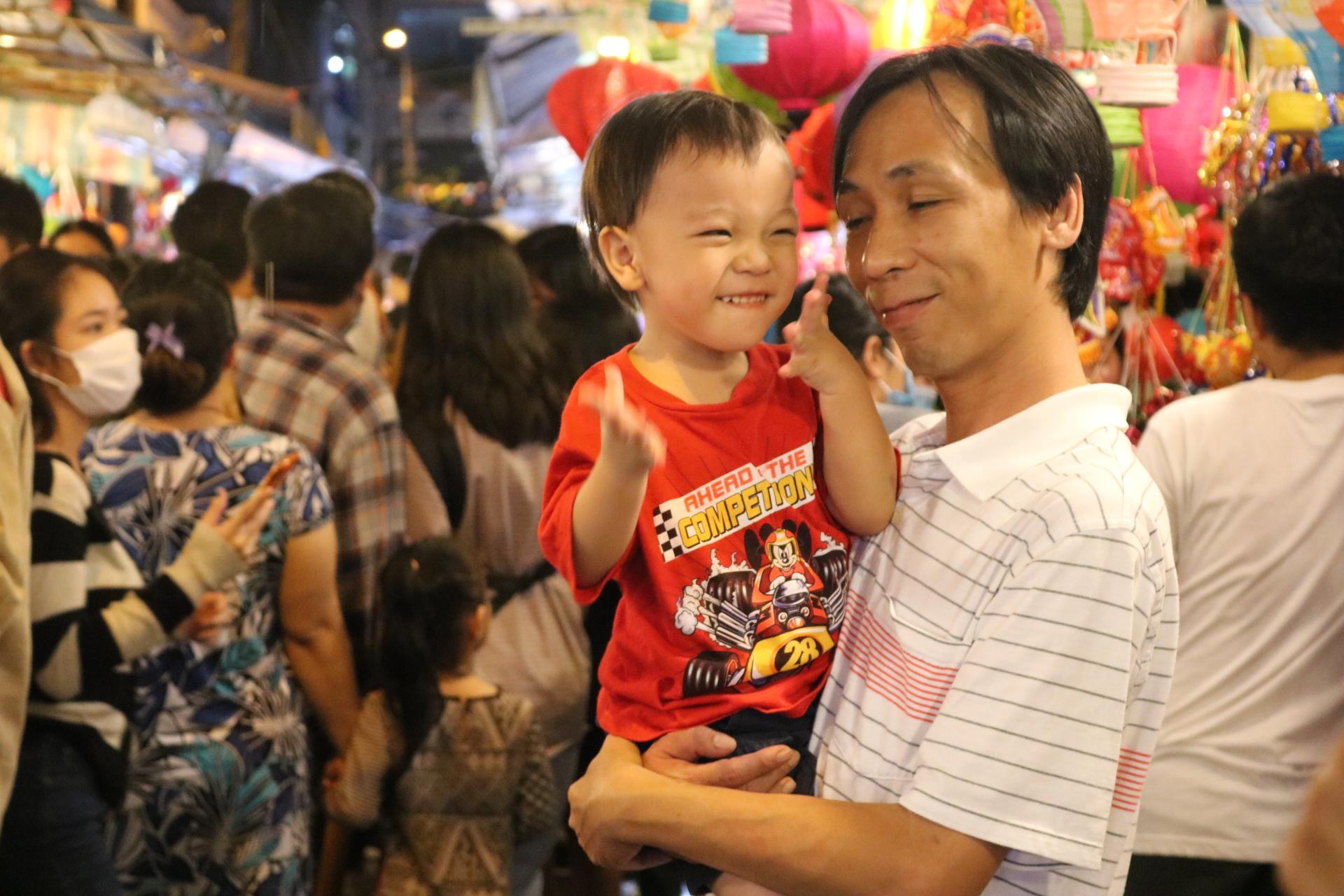 Dù vậy, nhiều bạn nhỏ vẫn tỏ ra phấn khích khi được ngắm lồng đèn đủ màu ở phố Lương Nhữ Học.
