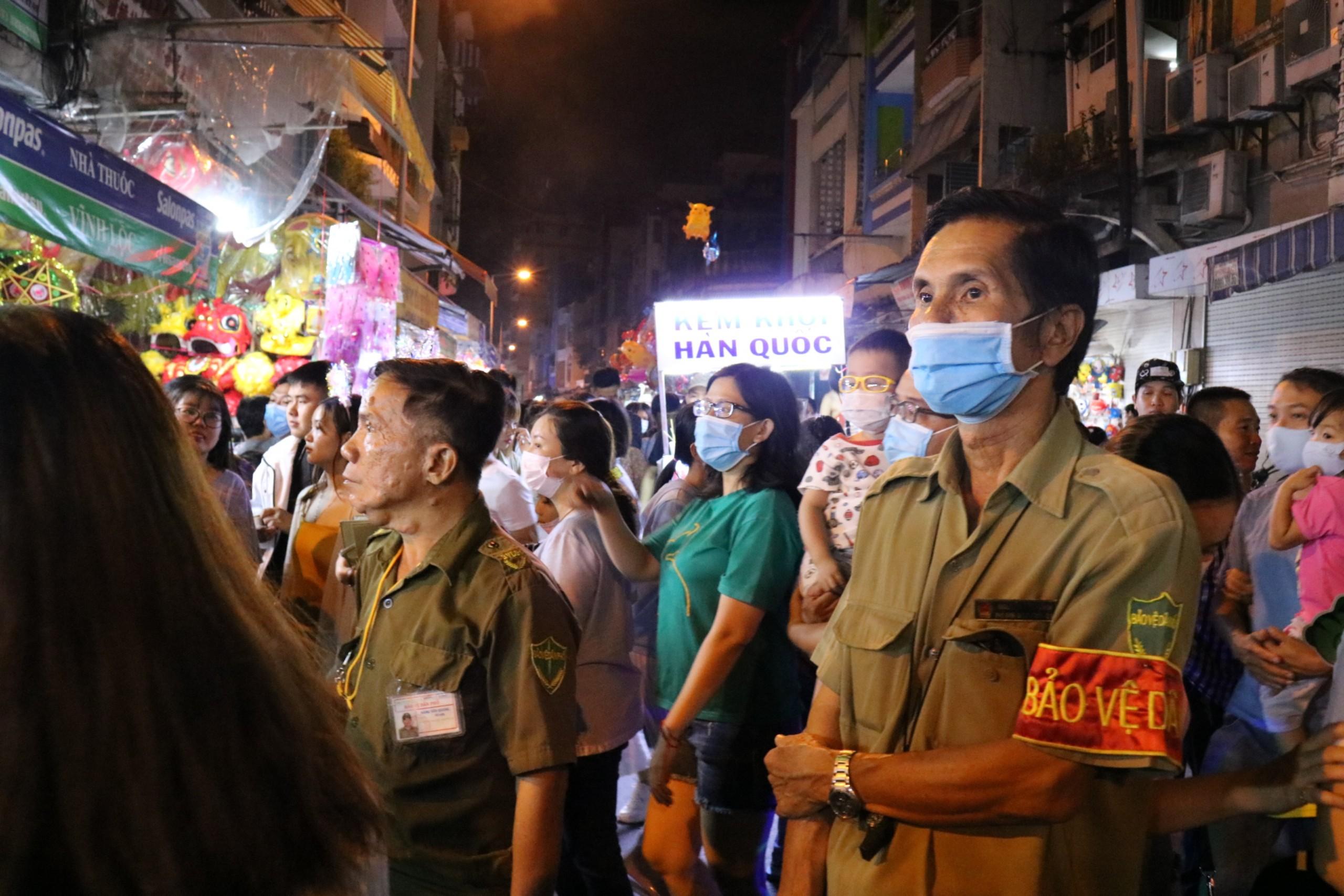 Lực lượng bảo vệ thường xuyên có mặt tại phố lồng đèn để nhắc nhở người dân tự bảo quản tư trang.