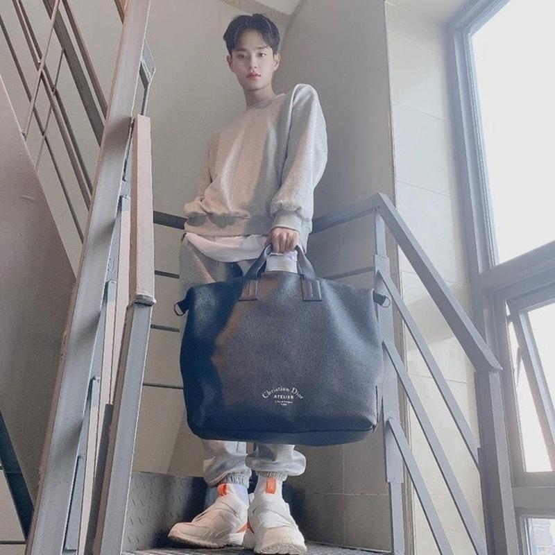 Cũng là một món quà từ người hâm mộ, mỹ nam Lee Daehwi từng mix&match tinh tế đôi sneaker trắng của hãng Biti's Hunter cùng bộ outfits mang phong cách đơn giản, khỏe khoắn.