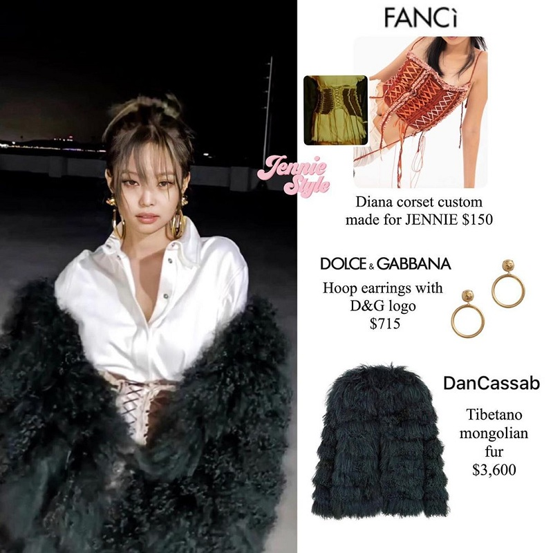 Bộ corset có giá 3.5 triệu đồng khác của Fancì cũng may mắn được 'bén duyên'cùng chiếc áo lông xa xỉ D&G, giúp Jennie xuất hiện với một hình tượng đầy mới lạ. Không mặc theo bản gốc, cô nàng nhà YG phối với hai items thắt lưng to bản - áo sơ mi trắng và tự tin thể hiện thần thái 'sắc lạnh', cuốn hút vô cùng.
