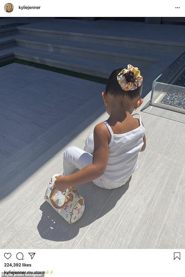Con gái 2 tuổi ngày đầu tới trường, Kylie Jenner sắm luôn balo Hermes giá 'khủng' gần 280 triệu 3