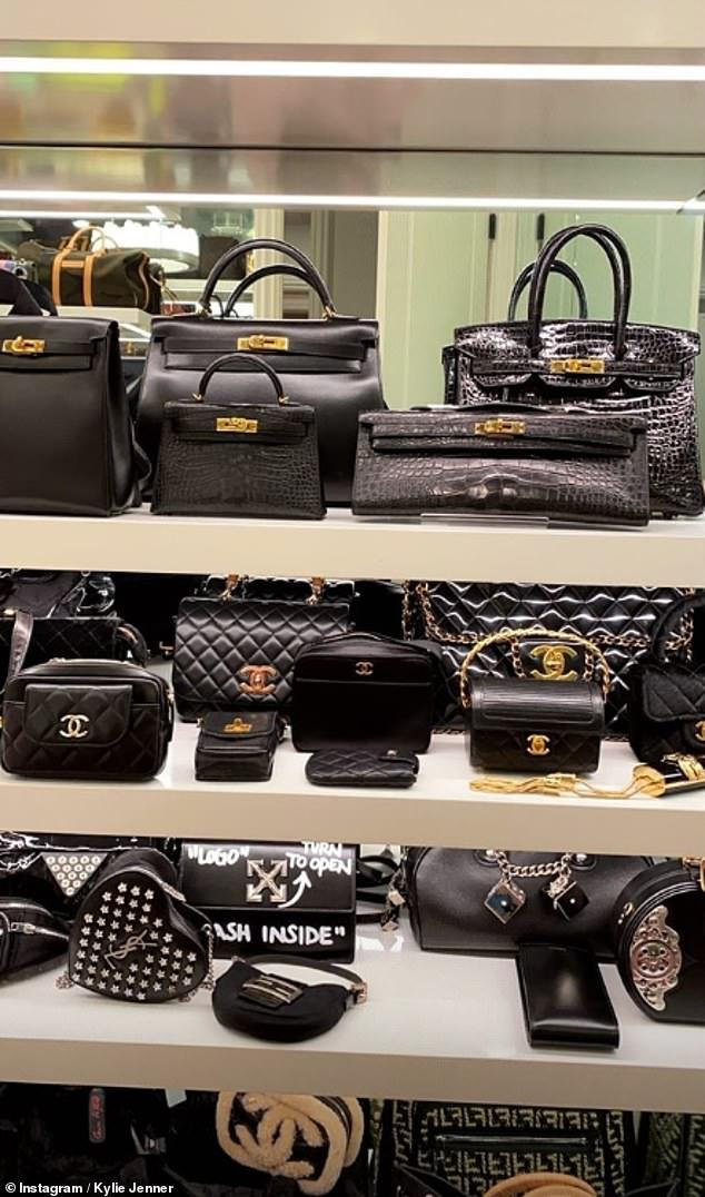 Kylie Jenner sở hữu hàng trăm món đồ hiệu của các thương hiệu nổi tiếng như Hermes, Chanel,...