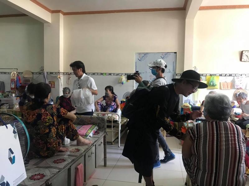 Đàm Vĩnh Hưng - Vũ Hà vượt nắng mưa, đi khắp Sài Gòn làm từ thiện 3