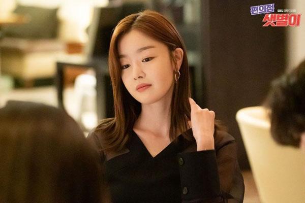 Yoo Yeon Joo (Han Sun Hwa) trongBackstreet Rookie là cô bạn gái ích kỷ chỉ biết đến bản thân mình mà chưa một lần yêu nam chính Dae Hyun (Ji Chang Wook). Nhưng suy cho cùng Yeon Joo vẫn là một người con gái ngọt ngào và tình cảm.