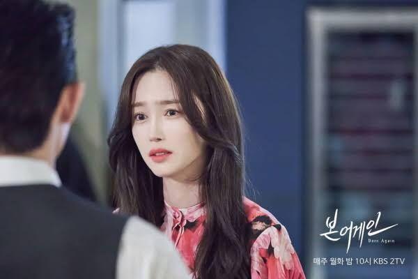 Tại Born Again,Baek Sang Ah (Lee Seo El) trở thành một sát nhân tâm thần tàn bạo nhưng lại vô cùng thời trang và quyến rũ.