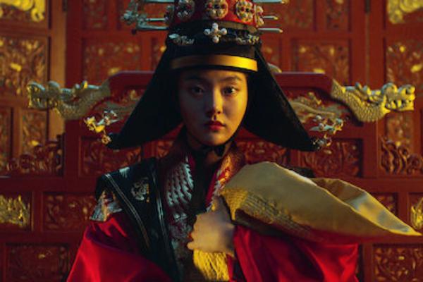 Hình tượng Hoàng hậu do Kim Hye Jun đảm nhậntrongKingdom 2 được khắc họa làmột người phụ nữ tham vọng, luôn muốn đạt được mọi thứ. Chính vì vậy, cô cũng lôi cuốn khán giả bởi thần thái 'độc ác' đáng sợ không thể rời mắt.