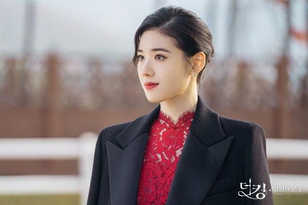 Ngoài Lee Lim,Goo Seo Ryung (Jung Eun Chae) cũng là một nhân vật đặc biệt thu hút. Luôn muốn trở thành vị hôn thê của nhà vua Lee Gon (Lee Min Ho), nữ thủ tướng xinh đẹp luôn tìm mọi cách chiếm đoạt trái tim anh. Thần thái cùng cách trangđiểm, lên đồ vàJung Eun Chae luôn là đề tài bàn luận qua các tập phim.