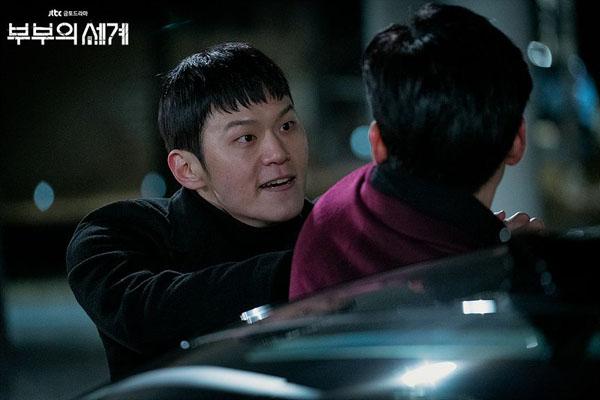 Nhìn đẹp trai như vậy nhưngPark In Gyu (Lee Hak Joo) lại thường xuyên có hành vi bạo lực và tống tiền, kể cả đối với bạn gái mình. Anh chết trong tập 12 The World of the Marriedvì bị bạn gái từ bỏ khi đã bị tra tấn quá nhiều cả về thể xác lẫn tinh thần.