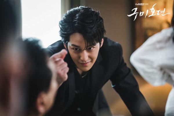 Trong bộ phim sắp lên sóngTale of the Nine Tailed,Lee Rang (Kim Bum) là một cửu vĩ hồ luôn lạnh lùng vàhành động tàn nhẫn. Chỉ cần nhìn gương mặt siêu điển trai kia của Kim Bum thôi cũng đủ khiến khán giả 'đổ rạp'.