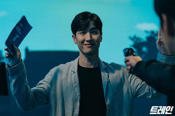 Bề ngoài là một bác sĩ tâm lý thân thiện và đầy sự đồng cảm, không thể ngờSuk Min Joon (Choi Seung Yoon) lại là một kẻ tâm thần trongTrain.