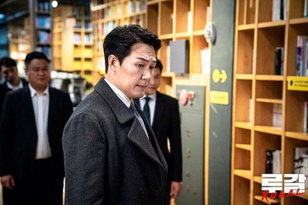 Hwang Deok Goo (Park Sung Woong), một thủ lĩnh nhóm xã hội đen của tác phẩm hành độngRugal. Dù tàn nhẫn đến đâu, sưc hút của anh cũng khiến người xem không thể cưỡng lại.