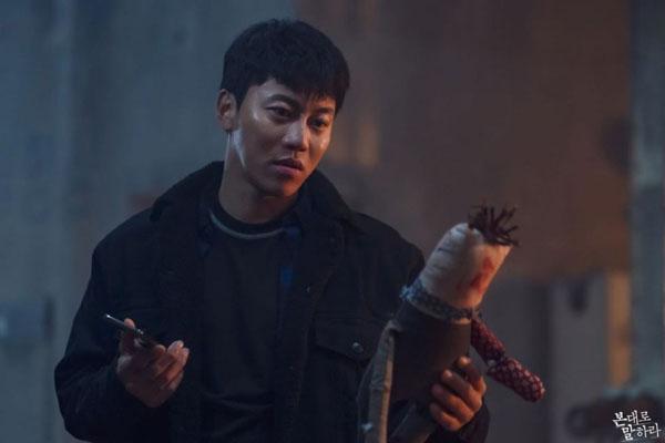 Cải trang thành một cảnh sát hiền lànhnhưng thực chất Kang Dong Sik (Eum Moon Suk) trongTell Me What You Sawlà một kẻ tâm thần xấu xa.