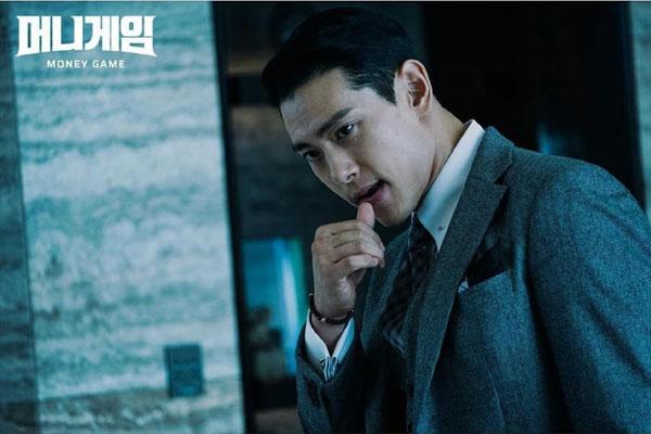ỞMoney Game,Eugene Han (Teo Yoo) tạo ấn tượngtốt cho khán giả. Anh là một nhân viên ngân hàng có sức hút mãnh liệtnhưng lại rất lạnh lùng, tinh ranh và luôn hành động tàn nhẫn trong công việc.