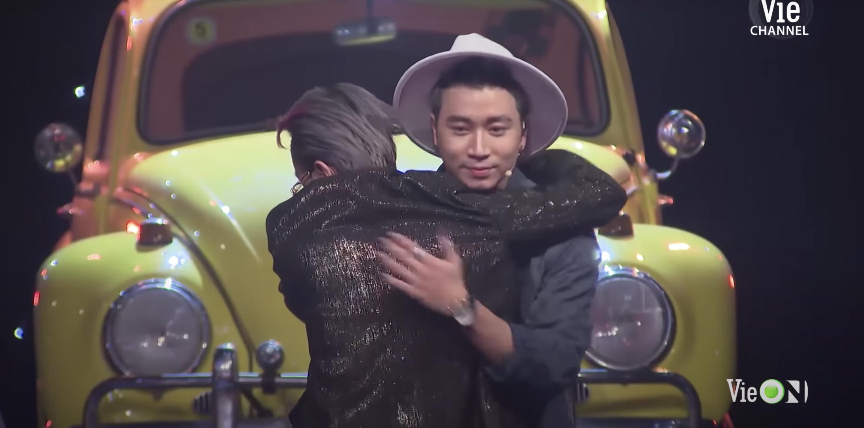 Binz chạy đến ôm Karik khi quăng nón vàng cho thí sinh đội mình.