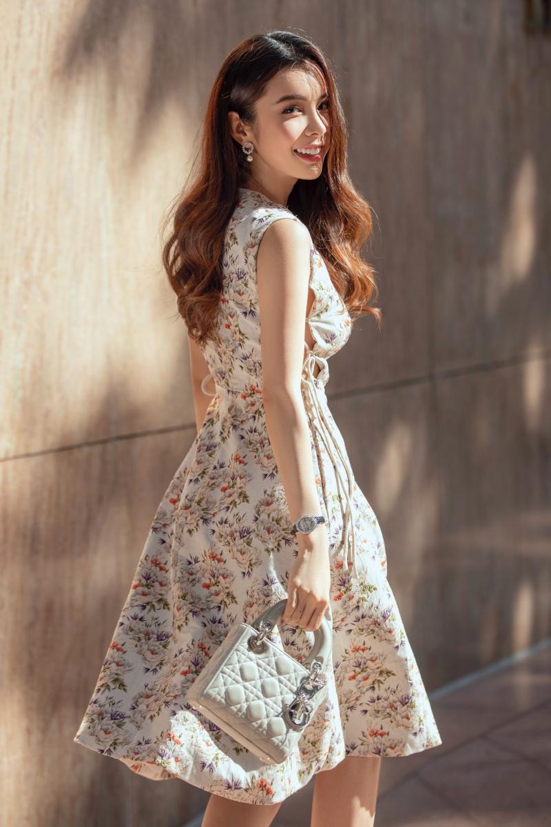 Trong bộ 4, Huỳnh Vy diện váy hoa kết hợp chiếc clutch nhỏ tinh tế. Hoa hậu 'hớp hồn' người đối diện với nụ cười và thần thái rạng rỡ.